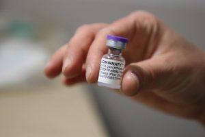 """NVSC: abiem """"Pfizer-BioNTech"""" vakcinos dozėmis paskiepyti, bet susirgę gyventojai vertinami kaip apsaugoti, bet galintys nešioti ir platinti virusą"""