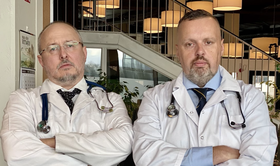 Aktoriai vaidinantys medikus